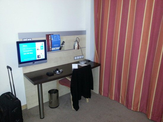 Holiday Inn Express Malaga Airport: Escritorio y tv