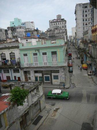 La Roomantic Colonial: Vue sur la rue depuis le balcon