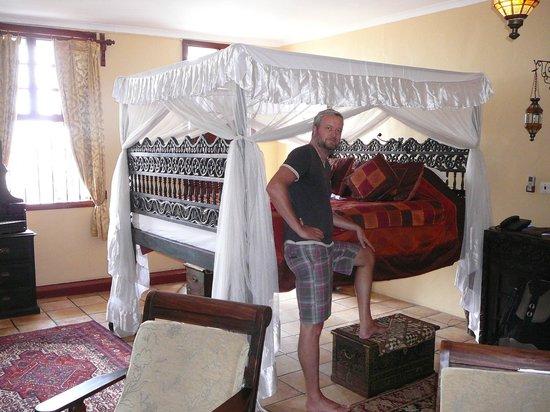 Zanzibar Palace Hotel: Zanzibari style bed