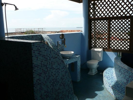 Zanzibar Palace Hotel : Open air bathroom