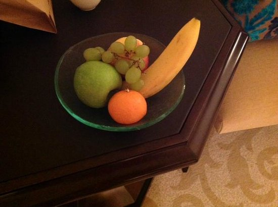 The Palace at One&Only Royal Mirage Dubai: poor fruit basket