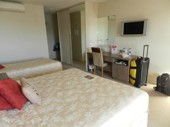 Aurora Ozone Hotel : TV & desk area
