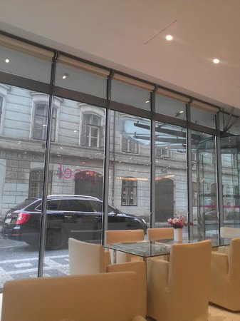 Design Hotel Josef Prague : Buitenzicht vanuit de lounge