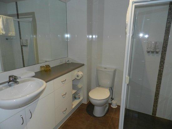 Aurora Ozone Hotel : Modern Bathroom