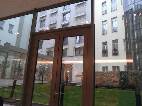 Design Hotel Josef Prague : Vanuit de ontbijtzaal