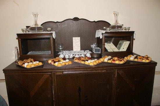 Les Pupitres Bistro: Questa è la parte dolce del buffet della mia laurea! La parte salata è stata presa d'assalto pri