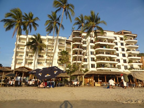 Emperador Vallarta Beachfront Hotel & Suites : Отель со стороны пляжа
