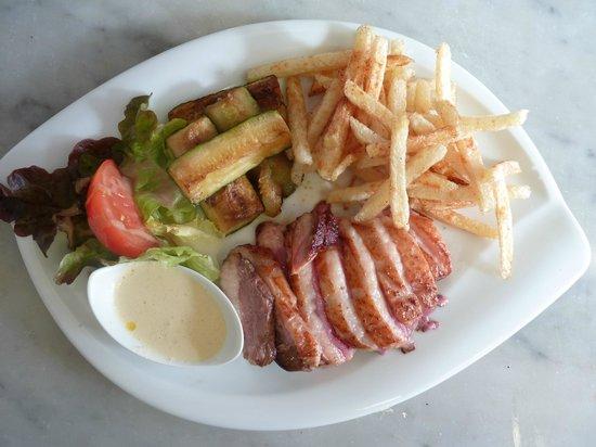 Les Deux Comptoirs: magret de canard avec sauces aux choix et frites maison plat très bon
