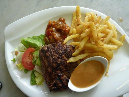 Les Deux Comptoirs: gros pavé de rumsteack sauces aux choix frites maison c'est très bon