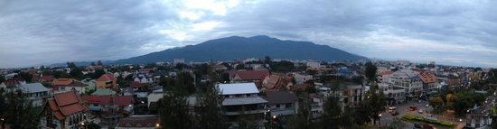Amora Resort Tapae Chiangmai : Awesome view of Doi Suthep from my room