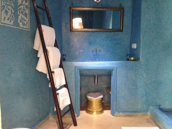 Dar Faracha Fès : Blue bathroom with a rainwater shower