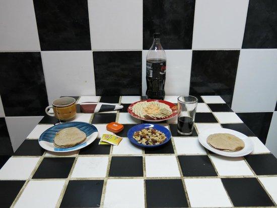 Hostal Lili-Patagonico: Cocina...preparando un snack