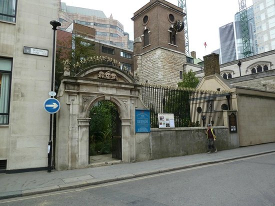 St Olave's Church: Smack in the middle of the city