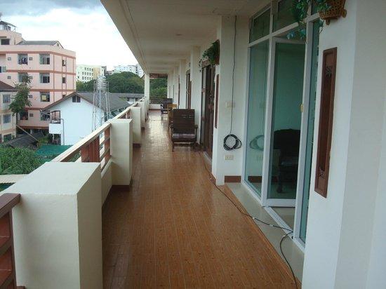 Flora House: Balcon collectif