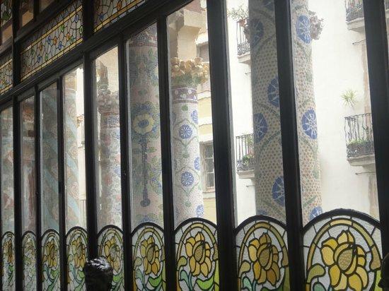 Palais de la Musique Catalane (Palau de la Musica Catalana) : Вид изнутри на колонны перед фасадом Дворца