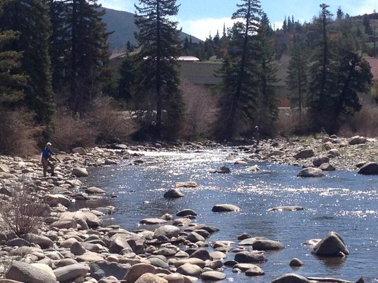 La Quinta Inn & Suites Silverthorne - Summit Co : Rio ao lado do hotel para Flyfishing