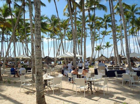 Luxury Bahia Principe Bouganville: Barbacoa informal entre el restaurante y la playa