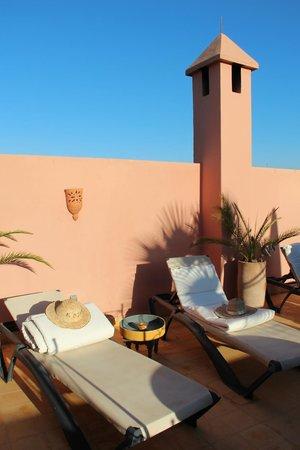 Riad Alboraq : thé au soleil sur la terrasse