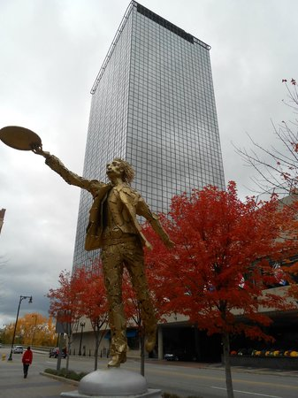 Amway Grand Plaza, Curio Collection by Hilton: Autumn and art from the road