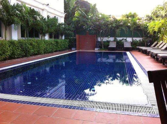 MotherHome Inn: Pool area