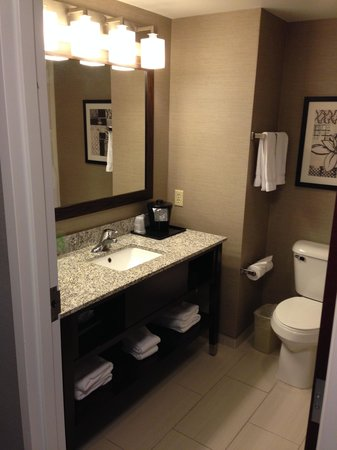 Holiday Inn Express Canandaigua - Finger Lakes: The bathroom