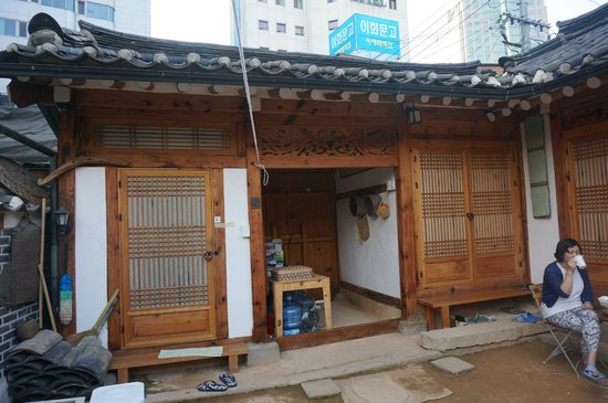 Namhyundang Guesthouse: Hanok door from inside