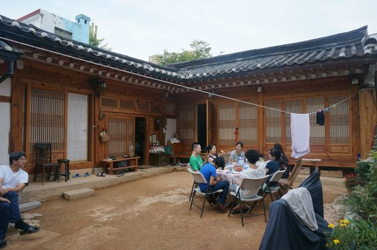 Namhyundang Guesthouse: Common area having breakfast with other travellers