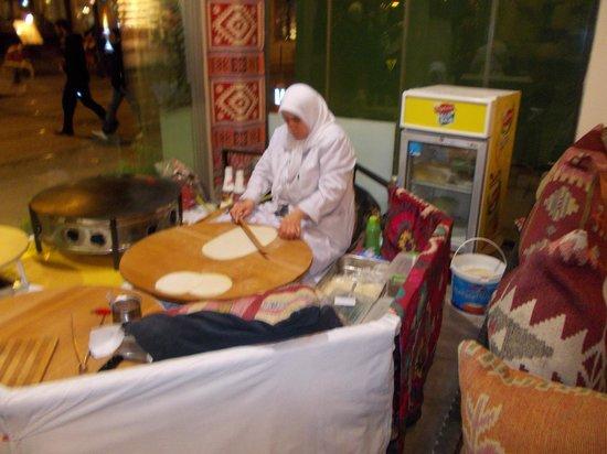 Capadocia Restaurant: Cooking gozleme