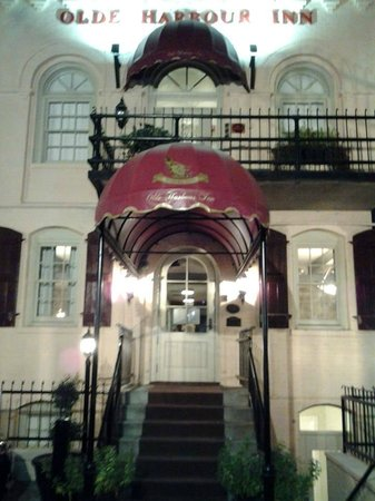 Olde Harbour Inn - River Street Suites: The entrance...beautiful!