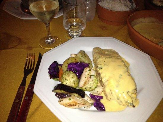 Dom Mario: Excelente salmão com molho de maracujá e legumes. Delicioso e no ponto certo!