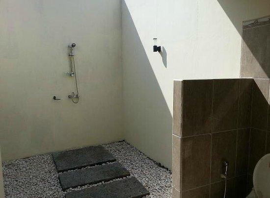 Medewi Bay Retreat: Outdoor bathroom