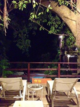 Villa Pomme D'Amour: Sunloungers on the tree deck - perfect for an evening rum punch!