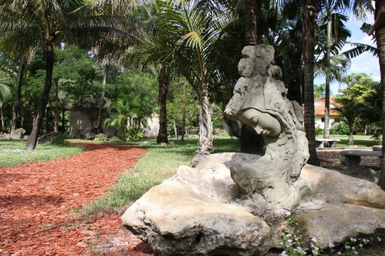 Hippocrates Health Institute: Statue behind Oasis Spa