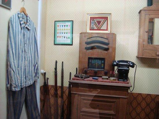 Blockhaus d'Eperlecques : Uniforme de prisioneiro Judeu e aparelho de telefone da época