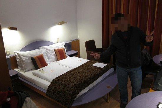 Hotel Nestroy: Room is small & little walking space.