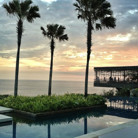 Alila Villas Uluwatu : A view of the cantilevered lounge from the dining area.