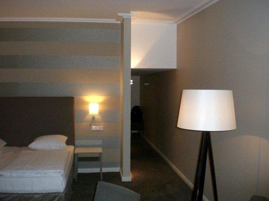 Moselschlösschen: Bed and corridor