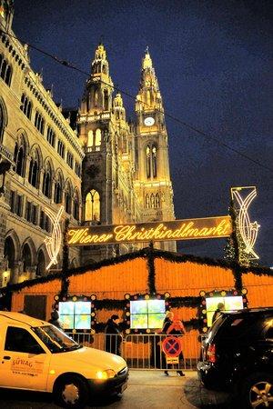 Rathausplatz: Der Eingang mit Rathaus
