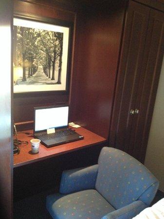Hampton Inn Cincinnati/Airport South : Desk