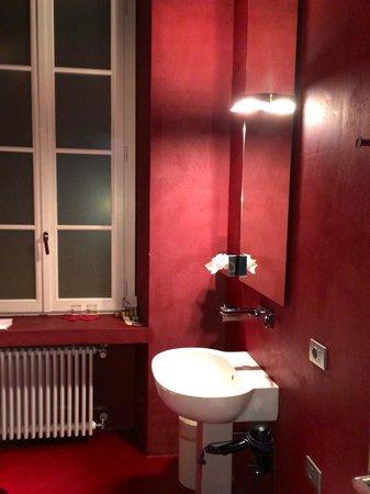 Palazzo Segreti : Bad in Rot | Dusche mit beleuchtetem Wasserstrahl