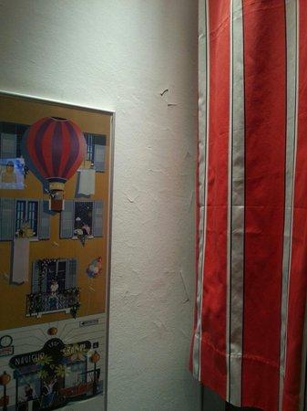 Espressohotel Milano Darsena : Il muro cade a pezzi