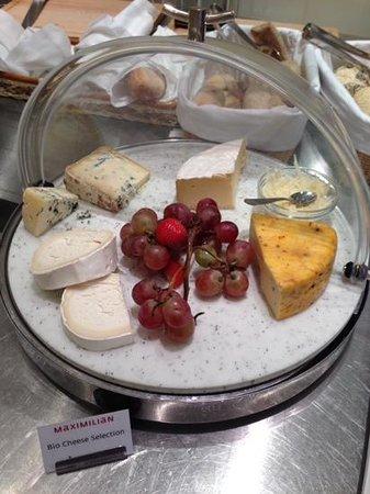 Maximilian Hotel: cheese platter at the breakfast buffet