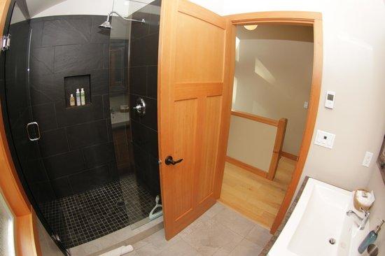 Black Bear Guesthouse: Black Bear Suite bathroom