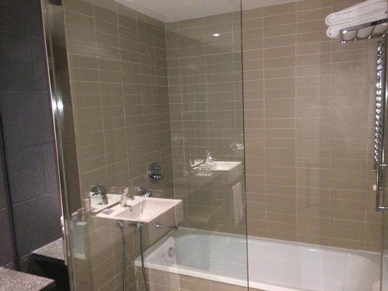 H10 Casanova : Gutes Bad, aber lästige Wasserspar-Dusche