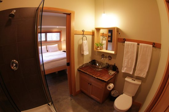 Black Bear Guesthouse: Cedar guest room bathroom