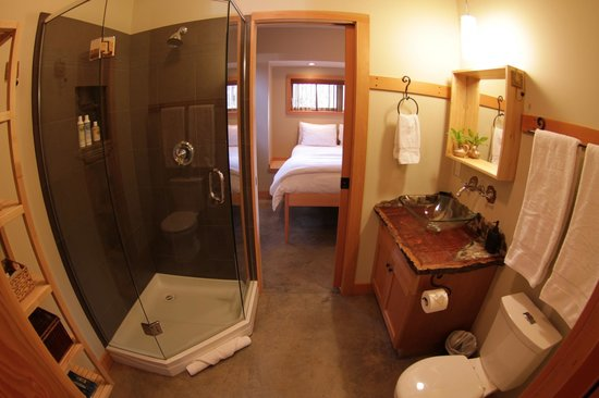 Black Bear Guesthouse: Cedar bathroom