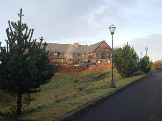 Bandon Dunes Golf Resort : view of Lodge from the path between the Inn and Lodge