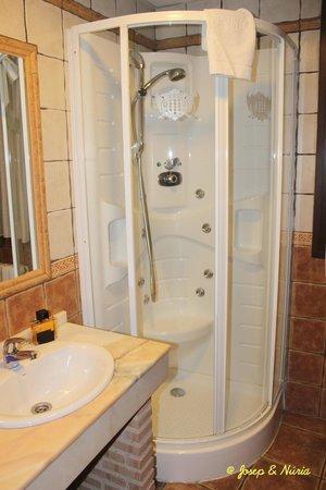 Hotel Medina de Toledo : Baño de la habitación 301 - Ducha un poco justa