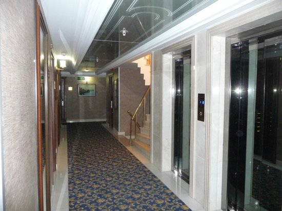 Askoc Hotel: Gang / Aufzüge