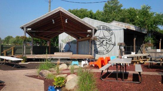 Dark Horse Brewing Co: Lovely outdoor beer garden w/ a stage